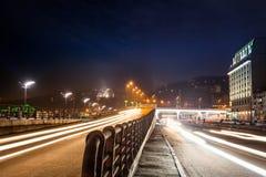 Moving bil med blurlampa till och med stad på natten Kiev stad, Ukr Royaltyfri Foto