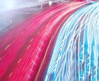 Moving bilar med den snabba suddighet trailen av billyktor Arkivbild
