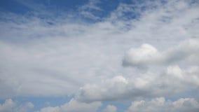 Голубое небо с двигая облаками environment сток-видео