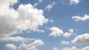 Голубое небо с двигая облаками environment акции видеоматериалы