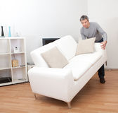 moving hög sofa för man arkivfoton