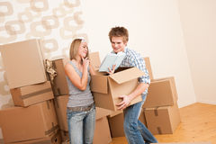 Moving house: Young couple with box Royalty Free Stock Photography