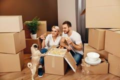 moving Man en Vrouw die dichtbij Dozen eten royalty-vrije stock foto's