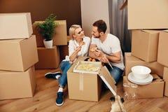moving Man en Vrouw die dichtbij Dozen eten royalty-vrije stock afbeeldingen