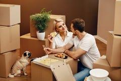 moving Man en Vrouw die dichtbij Dozen eten stock afbeeldingen