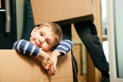 moving nytt deras för familjhus arkivbild