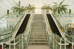 Moving rulltrappa i affärsflygplatsen, asia. Arkivfoto