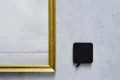 Mowa bąbel i złota rama na betonowej ścianie Zdjęcie Stock
