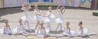 Mowa młode baleriny Uczy kogoś - Pracownianego Alla Dukhova Zdjęcie Royalty Free