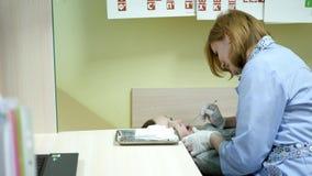 Mowa terapeuta taktuje dziecka, chłopiec przy recepcyjną dziecka ` s lekarką, rozwój mowa język, poprawny wymawianie zbiory