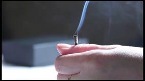 Moxa Su Jok рука, увольнянная с спичкой Дым и перегар от moxa видеоматериал