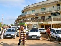 MOYALE ETIOPIEN - NOVEMBER 27, 2008: Byn på gränsen Royaltyfri Fotografi