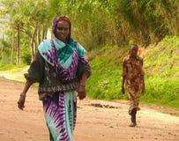 MOYALE ETIOPIEN - NOVEMBER 27, 2008: Konstiga två kvinnor av ten Royaltyfri Foto