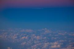 Moyen-Orient, Qatar, Doha, ciel rouge après coucher du soleil à l'approche à l'aéroport international de Doha Photos stock
