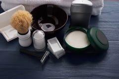 Moyens pour le mâle rasant le vintage sur la table photo stock