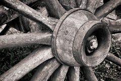 Moyeu de roue en bois antique de chariot et vieux rais en bois Photos libres de droits