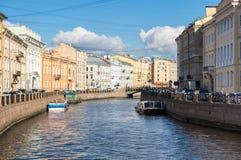 Moyka河的堤防的看法在圣彼德堡 免版税库存照片