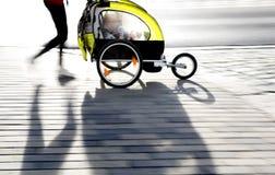 Moyther avec le landau jaune Photographie stock libre de droits