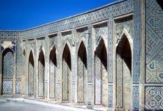 Mozaïek betegelde bogen in moskeebinnenplaats Stock Foto's