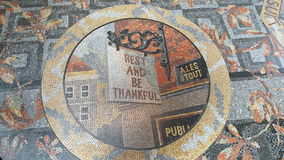 国家肖像馆霍尔- mozaik地板休息和是感激的 免版税库存照片