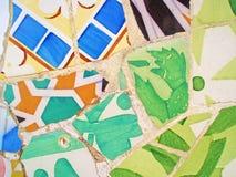 Mozaika łamany garncarstwo w parka GÃ ¼ ell Antonio Gaudi Zdjęcie Royalty Free