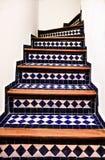 Mozaika dekorował klatkę schodową w Marokańskim riad w Fes fotografia stock