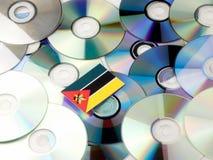 Mozambik flaga na górze cd i DVD stosu odizolowywającego na bielu Fotografia Royalty Free