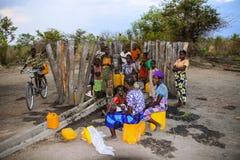 MOZAMBIQUE, 6 NOVEMBER: vrouwen die bij het bronwater wachten 6 november, 2007, Mozambique royalty-vrije stock fotografie