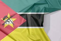 Mozambiquefabric-Flaggenkrepp und -falte mit Leerraum stockfoto