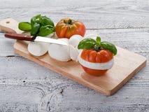 Mozarela y tomate-mozarela e imágenes de archivo libres de regalías