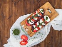 Mozarella, bocadillos ahumados del beaf, del tomate y del pesto Imagenes de archivo