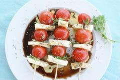 Mozarella de tomate et salade de Grec de basilic photographie stock