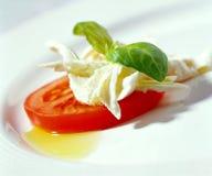 Mozarella Käse mit Tomatescheibe Lizenzfreies Stockbild