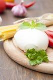 Mozarella met kruiden, noedels, verse groenten, Spaanse pepers, knoflook op een houten ronde raad Royalty-vrije Stock Afbeelding