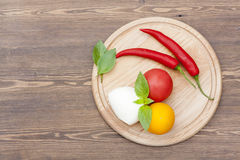 Mozarella met kruiden, noedels, verse groenten, Spaanse pepers op een houten ronde raad Royalty-vrije Stock Foto's