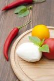 Mozarella met kruiden, verse groenten, Spaanse pepers, op een houten ronde raad Royalty-vrije Stock Fotografie