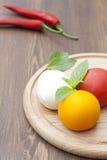 Mozarella met kruiden, verse groenten, Spaanse pepers op een houten ronde raad Royalty-vrije Stock Afbeelding
