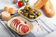 Mozarella met tomaten en olijven Royalty-vrije Stock Afbeeldingen