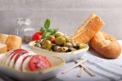 Mozarella met tomaten en olijven Stock Afbeelding