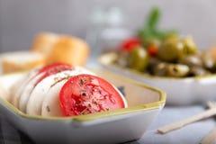 Mozarella met tomaten en olijven Stock Foto