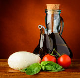 Mozarella, olijfolie, basilicum en tomaten Stock Afbeelding