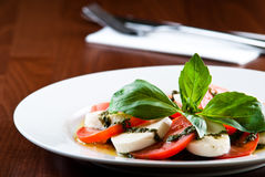 Mozarella Salat mit pesto Lizenzfreie Stockfotografie