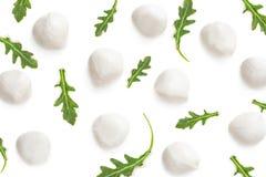 Mozarella z Arugula odizolowywającym na białym tle wzór Cr zdjęcia stock