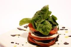 mozarellaraketsallad staplade tomaten fotografering för bildbyråer