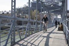 Mozart fot- bro över den Salzach floden, Salzburg, Österrike Royaltyfri Bild