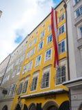 Mozart-Geburtsort im Flaggen-Wintersaisonschnee Salzburgs Österreich stockfotografie