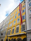 Mozart miejsce narodzin w Salzburg Austria flaga zimy sezonu śniegu fotografia stock