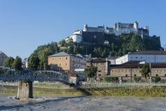 Mozart przerzuca most i Salzach rzeka w Salzburg, Austri (Mozartsteg) Zdjęcia Stock