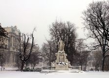Mozart Statue davanti al museo di etnologia nel parco Burggarten immagini stock libere da diritti