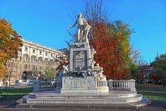 Mozart Statue delante del museo de la etnología en Burggarten Viena, Austria imagenes de archivo
